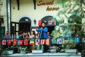 Tuấn Hưng đứng trên ban công hát tặng khán giả ở phố đi bộ Hồ Gươm
