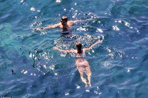 Irina Shayk diện bikini hồng, khoe thân hình săn chắc bên bạn trai