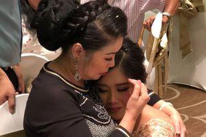 NSND Hồng Vân hát 'Nhật kí của mẹ' trong lễ cưới con gái gây xúc động