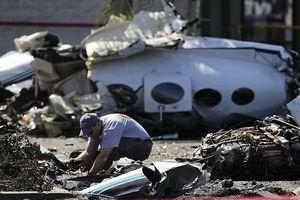 Máy bay đâm đầu xuống bãi đỗ xe ở California