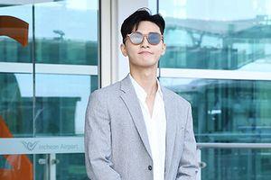 Thời trang sân bay sành điệu của 'Phó chủ tịch' Park Seo Joon