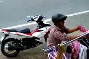 Clip thanh niên Tiền Giang đi Exciter trộm quần lót màu hồng rồi bỏ chạy