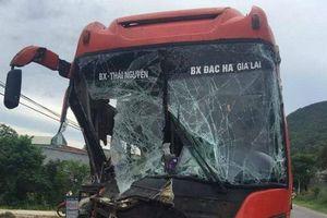 Đầu xe khách biến dạng sau tai nạn liên hoàn, hàng chục hành khách hoảng loạn