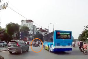 Hà Nội: 'Hung thần' xe buýt 'hất văng' xe máy khi vòng quay đầu