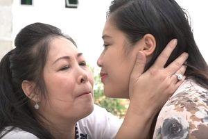 NSND Hồng Vân khóc khi hát 'Nhật ký của mẹ' tặng con gái lấy chồng xa