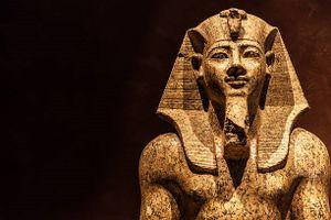 Ngôi mộ chôn cất Pharaoh đầu tiên nằm ở đâu?
