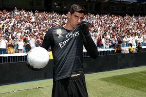 Courtois hôn lên logo Real Madrid trong ngày ra mắt