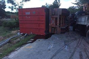 Xe tải đấu đầu nhau trên đường mòn Hồ Chí Minh làm 2 người chết, 1 người bị thương nặng