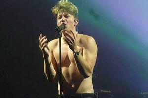 Báo động: Charlie Puth khoe thân hình xồ xề, bụng ngấn mỡ trong đêm concert mới nhất