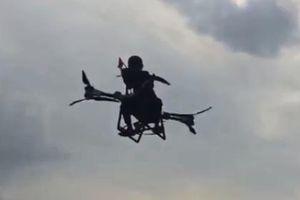 Nhà phát minh kỳ khôi khoe 'chiếc xe tay ga bay' đầu tiên trên thế giới