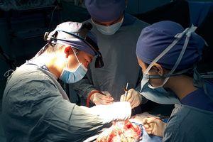 Bệnh nhi đau đầu dữ dội do mạch máu não chực chờ vỡ