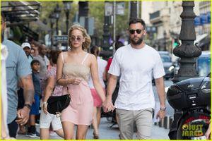 Jennifer Lawrence tay trong tay dạo phố cùng bạn trai mới