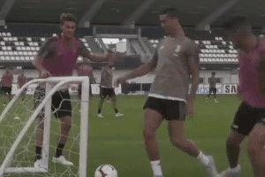 Đồng đội kéo dịch gôn không cho Ronaldo ghi bàn