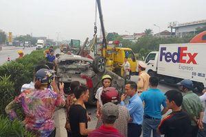 Hiện trường container tông ô tô lật ngửa, 5 người thoát chết
