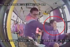 Yêu cầu dừng xe không được, hành khách tung 'liên hoàn đấm' vào mặt tài xế xe buýt