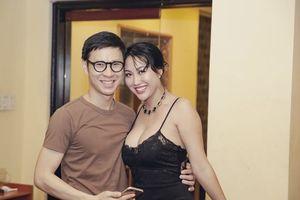 Phi Thanh Vân hôn má trai lạ sau khi chia tay bạn trai đại gia