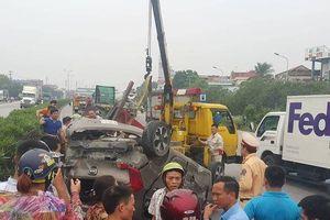 Clip: Hiện trường vụ ô tô bị xe container đâm, 5 người thoát chết