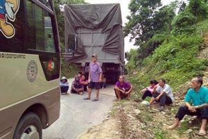 Hàng trăm người dân mệt mỏi ngồi chờ về nhà sau 1 ngày xe tải chết máy