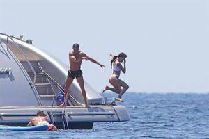 Ronaldo tình tứ vui đùa cùng bạn gái tại Tây Ban Nha