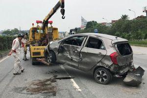 Xế hộp 'phơi bụng', 5 người bị thương sau va chạm xe container