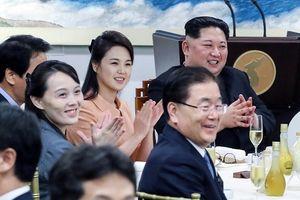 Hình ảnh người phụ nữ yêu kiều luôn đứng sau ông Kim Jong Un