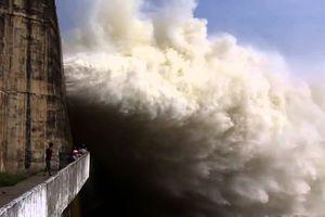 Nước về hồ lớn, thủy điện Hòa Bình tiếp tục mở cửa xả lũ