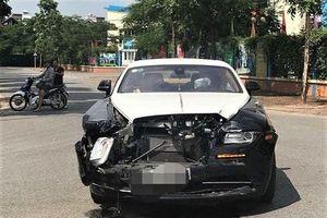 Hà Nội: Siêu xe Rolls-Royce Wraith toác đầu sau va chạm mạnh