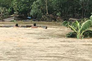 Lũ lớn ào ào đổ về Kon Tum, hàng chục ngôi nhà bị nhấn chìm