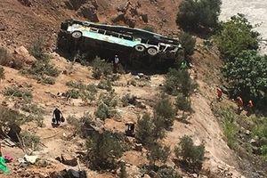 Xe bus chở 60 người lao xuống vực sâu khiến 7 người chết
