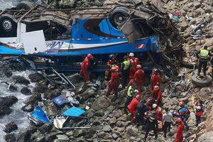 Xe buýt chở gần 60 người lao xuống hẻm núi ở Peru