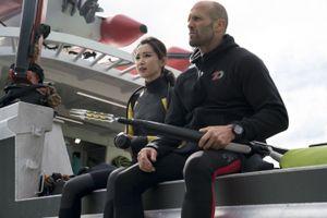 'Cá mập siêu bạo chúa' của Jason Statham ra mắt với hơn 140 triệu USD