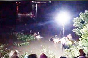 Xe máy 'kẹp' 4 ôm cua lao xuống sông trong đêm, 2 người tử vong