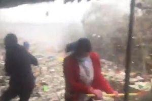 Sóng rác thải cao quá đầu người ập vào bờ biển Philippine