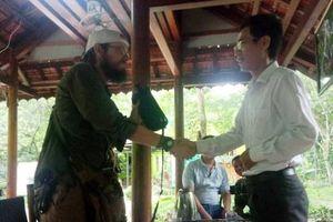 Du khách nước ngoài xúc động nhận lại 30 triệu đánh rơi tại Quảng Bình