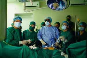 Chuyên gia tiêu hóa hàng đầu thế giới đến Hà Nội khám và điều trị cho bệnh nhân