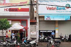 Thanh niên nghi ngáo đá, dùng dao cướp ngân hàng tại quận Tân Phú