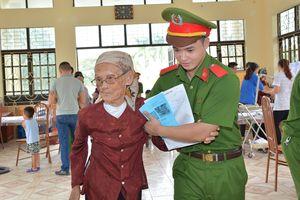 Chiến sỹ trẻ khám bệnh, phát thuốc miễn phí cho gần 200 hộ dân nghèo ở Hải Phòng