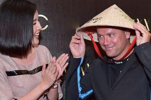 Danh thủ Michael Owen được tặng nón lá khi tới Sài Gòn