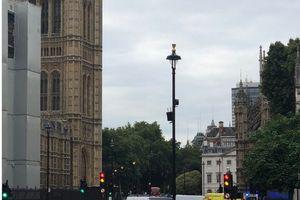 Xe hơi đâm vào hàng rào trước Quốc hội Anh, nhiều người bị thương