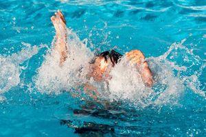 Hai chị em đuối nước tử vong khi tắm hồ