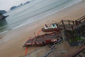 Du khách hoảng loạn khi tàu kéo đẩy và phà bị sóng đánh dạt vào bãi tắm