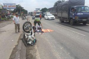 Chạy vào làn ô tô, nam thanh niên thẫn thờ nhìn bạn gái bị xe tải tông chết