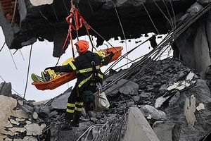 Toàn cảnh công tác cứu hộ các nạn nhân trong vụ sập cầu ở Italy