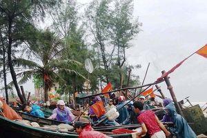 Ngư dân Thanh Hóa gấp rút đưa tàu thuyền lên bờ tránh bão số 4