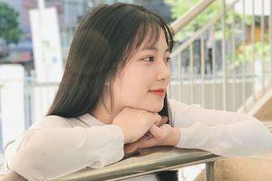 Tân sinh viên Đà Nẵng nổi tiếng MXH khi diện combo áo dài trắng + xõa tóc xinh như thần tiên tỷ tỷ
