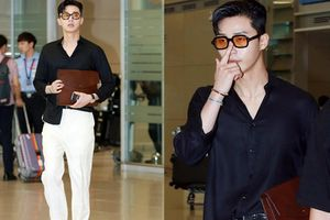 Sơ vin vạt lệch chân đi sandal, Phó tổng Park Seo Joon bỗng đổi style 'bad boy' khiến chị em mê mệt