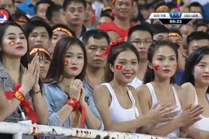 Nếu bạn muốn nổi tiếng khắp MXH chỉ sau 1 đêm, hãy ăn vận xinh đẹp và đi xem bóng đá giống các nữ sinh này!