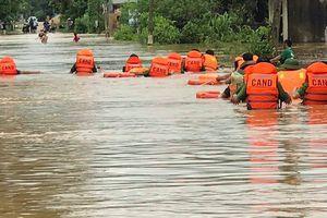Mưa lũ cô lập nhiều bản làng ở Nghệ An, công an giúp dân sơ tán