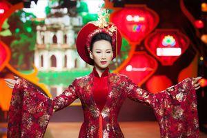 Cựu người mẫu Paris Vũ làm vedette sàn diễn sau 20 năm vắng bóng