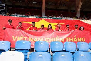 Người hâm mộ đưa đại kỳ tới Cikarang, cổ vũ Olympic Việt Nam
